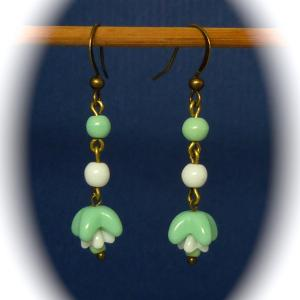 Vintage 1940s green and white flower bead earrings